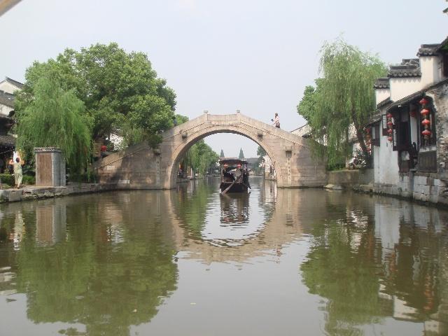 的影子,榕树和柳树把水染绿;水中有石拱桥的影子,石拱桥画着圆圆