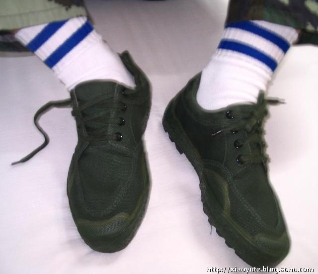 初中女生的鞋和脚图片_军人的白袜子_军人的白袜子画法