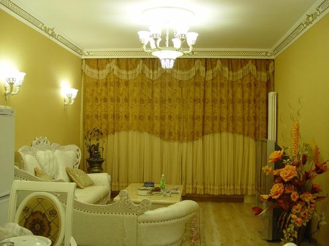 色调主要是通过地面,墙面,顶面来体现的,而装饰品,家具等只起调剂