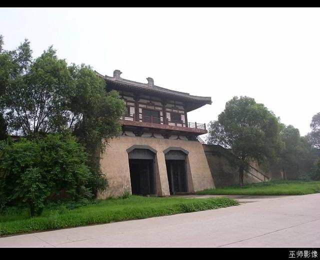 景区也就汉唐两座城区,设施破旧,木栅栏糟朽,帐篷破碎,旗杆上的