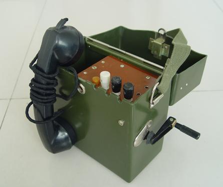 老式手摇电话机,需要打电话用手发动磁石发动机先叫交换人以后才能