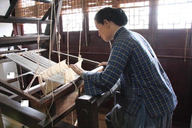 我记忆里的农村纺织术 男耕女织--这一传统的劳作模式在现今的乡下已经演变成男耕女不织了,为了那份儿时的记忆永存,试编一《农村纺织术》教程玩玩,很严肃的哟。有兴趣的博友可以补充完善。---编者按 纺织分两部分,一是纺,二是织。 纺线用到的工具是纺车,织布用到的工具是织布机。而把棉花纺成线,然后再织成布,这一过程就是纺织术。 第一章 纺线 1-1纺车结构: 纺车的结构样式各地略有异,但大同小异。一般为木制支架,左边是一个大轮,是纺车的动力部分。右边是放锭子的地方,是纺车的关键部位。