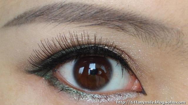 用碧欧泉的黑色眼线笔画出一条流畅的上眼线和下眼线