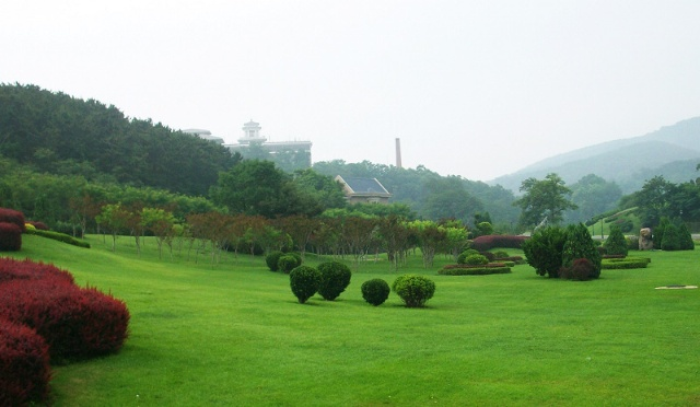 棒槌岛宾馆环境绝佳,保养良好的草坪,形态各异的雕塑,使人神往.