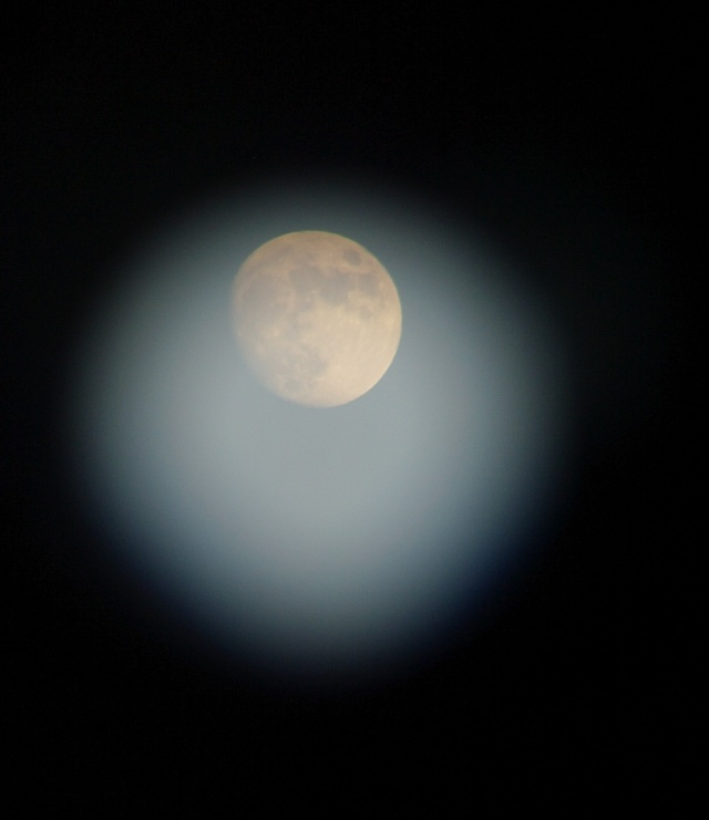望远镜中的月亮