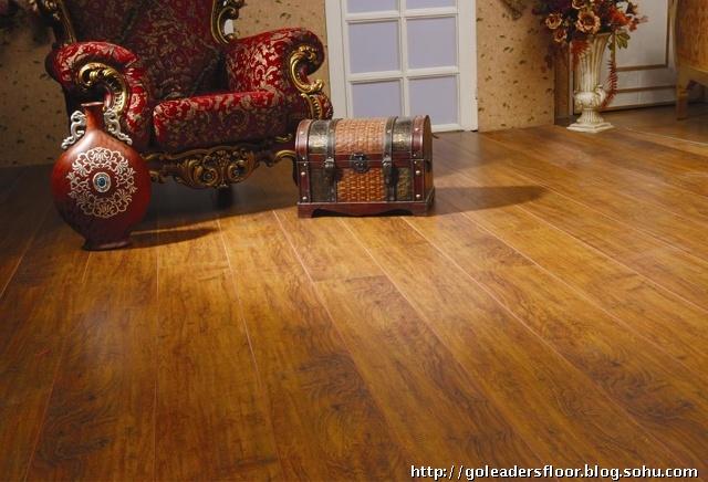 """,心材为橄榄褐色至暗褐色,常具浅色或深色细条纹,有时带有红色或黄褐色条纹,木材带有油腻感,富含黄绿色矿物质沉积物。木材具光泽,纹理交错、均匀,条状花纹很丰富,无特殊气味和滋味,木材甚重,材质硬,强度高,稳定性、耐候性均佳,耐腐、防虫性能极好。中、南美洲特有的树种,色泽丰富,冬季易产生细小的裂纹。重蚁木以深沉儒雅而略显高贵的色泽,配以浅色的装饰风格则现""""典雅现代""""之气;衬以传统古典式的居饰则呈古朴仁风,可谓古今皆相宜。地板安装时应紧拼。"""