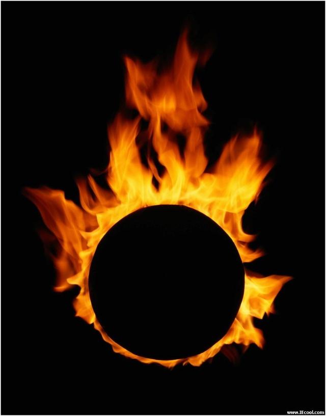 地层深处的火焰 这种色调不适宜绘画 却适合燃烧 这枚从地层石头上抽出的芽 让暗淡的世界光明充盈 罡风抚摸的山峦上 倒伏的月光仰望长空 闪烁着星光的夜幕 如同地层铺陈的煤 浩荡辽阔 隐秘的黑色的诵唱 从黑色的手掌上升腾 如同飘逸的火焰 把大块的光明举高 从幽深的地层出发 跟随欢乐的钢铁出发 奔腾的黑色巨流 从大地心灵的鸣唱间 翻腾